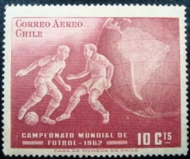 Selo postal do Chile de 1962 Football Players and Globe