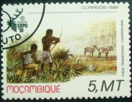 Selo postal de Moçambique de 1981 Hunting with bow and arrows - 817 MCC
