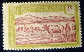 Selo postal dos Camarões de 1925 Cattle Crossing a River